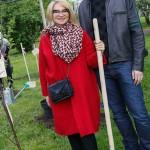 Эвелина и ее сын посадили дерево
