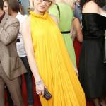 На презентации в желтом платье
