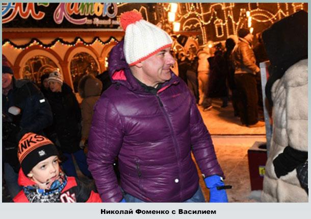Николай гуляет с младшим сыном