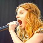 Певица на сцене