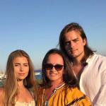 С внуками на море
