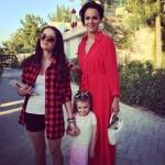 Слава с дочерьми у себя дома