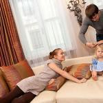 Иван Жидков причесывает дочь под присмотром Тани