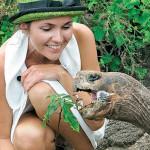 Анастасия кормит черепаху