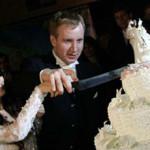 Диана и Петр разрезают свадебный торт