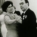 Леонид Брежнев танцует с дочкой