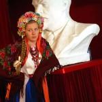 В национальном украинском костюме