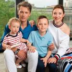 Лебедев и Кабанова с детьми