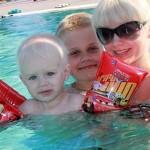 Натали в бассейне с сыновьями