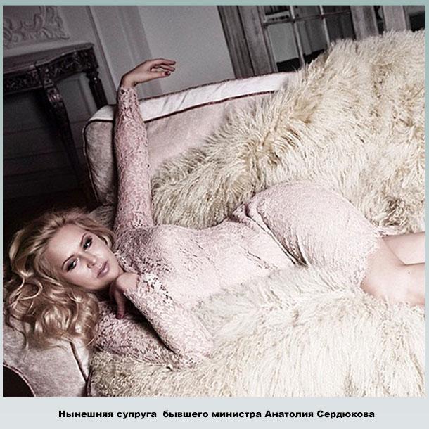 Евгения Васильева на диване