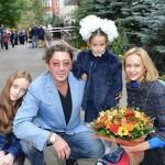 Певец провожает дочерей в школу