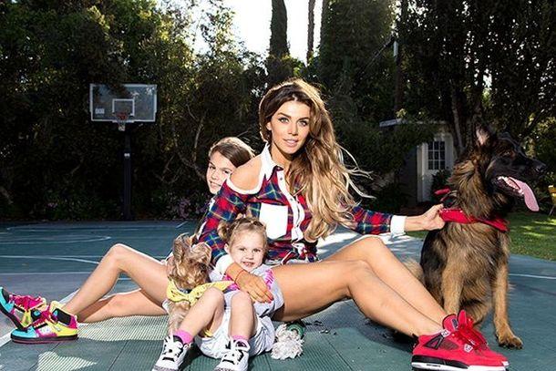 Певица с дочками