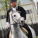 Рамзан Кадыров в национальном костюме на коне