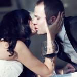Свадебный поцелуй новобрачных