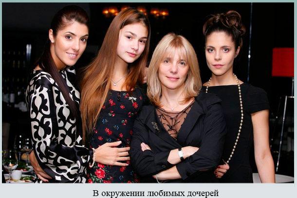 В окружении любимых дочерей