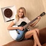 Юля с гитарой