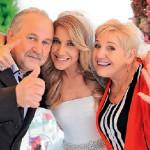 Юлия с родителями на свадьбе