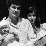 Анна с первым мужем и маленькой дочкой