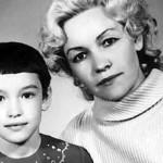 Анна в детстве с мамой