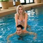 Супруги Макарские в бассейне