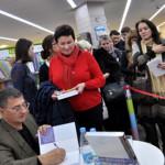 Александр Мясников дает автографы на своей книге