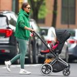 Ирина Шейк на прогулке с дочкой