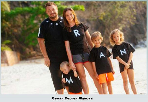 Супруги с детьми на пляже