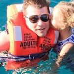 С дочкой в бассейне