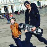 Максим учит сына кататься на скейтборде