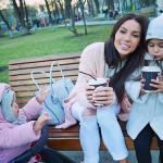 Оксана с дочками на прогулке