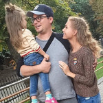 Харламов с женой и дочкой на прогулке