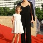 С дочкой на красной ковровой дорожке