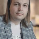 Ярослав Сумишевский с длинными волосами