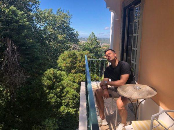 """Где живет певец Стас Пьеха: квартира в """"высотке"""" и загородный дом с большими окнами"""