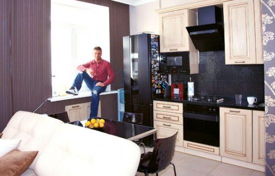 Где живет певец Сергей Лазарев: сочетание черного и белого в квартире, уютный загородный дом