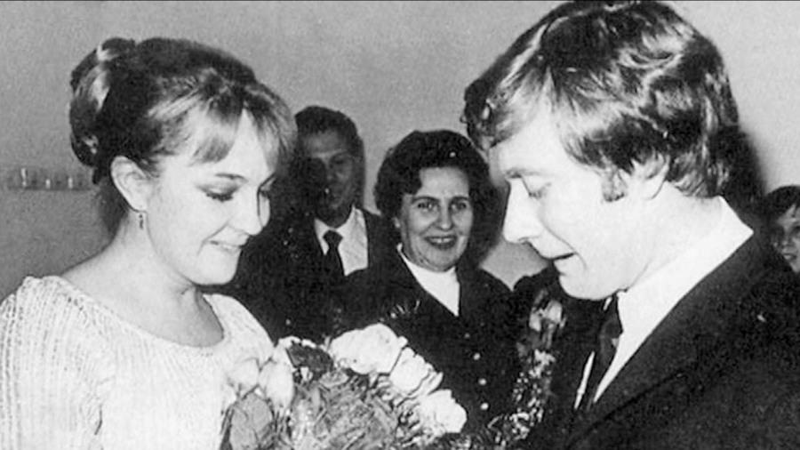Мария Миронова показала свадебное фото ушедших из жизни родителей